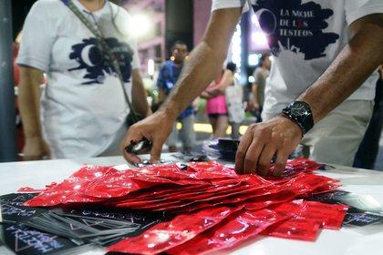 A pesar de que exista tratamiento, los expertos enfatizan en que la mejor decisión hoy sigue siendo usar preservativos en las relaciones sexuales para prevenir el VIH y otras infecciones. Se aconseja hacerse el testeo para detectar de manera temprana. Si da positivo, hay que acceder al tratamiento que controla la infección (Matías Arbotto)