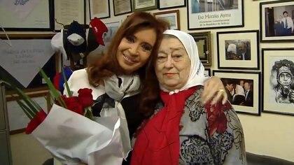 Cristina Kirchner junto a Hebe de Bonafini. Fueron dos mensajes sobre el acuerdo con empresarios que busca el Presidente.