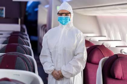 El personal de abordo de Qatar Airways lleva equipo de protección personal contra peligros biológicos. (Qatar Airways)