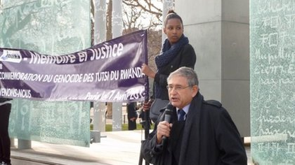 El Dr. Samuels, orador principal en la Conmemoración del Genocidio de Ruanda del 7 de abril, en el Muro de la Paz, Champ de Mars, París (Centro Simon Wiesenthal)