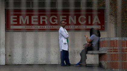 Un médico se encuentra frente al hospital Ana Francisca Pérez de León en Caracas el 8 de marzo de 2019 durante el peor apagón en la historia de Venezuela (AFP)