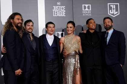 Ben Affleck junto al elenco de la liga de La Liga de la Justicia