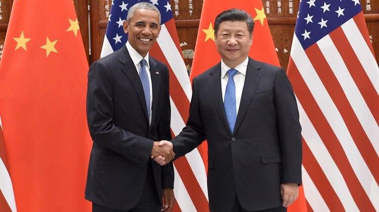 El ex presidente de Estados Unidos Barack Obama junto al mandatario chino Xi Jinping. Ambos líderes mantenían un acuerdo para limitar los ciberataques que parece haberse roto (AFP)