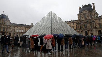 Una multitud esperaba entrar al Museo del Louvre antes que se informe que no abriría sus puertas este domingo como medida de prevención (REUTERS/Gonzalo Fuentes)