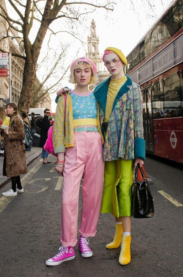 Pasteles y estridentes en su máxima expresión. Para lucir por las calles de Londres, los fashionistas eligieron looks retros con boinas y combinando sus atuendos con maquillaje. Para completar sus outfits, el calzado elegido fueron zapatillas de lona y booties de terciopelo amarillo (Francesca Darget)
