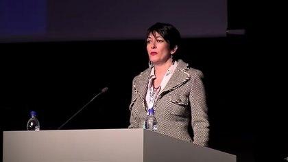 Ghislaine Maxwell habla en el Foro del Círculo Polar Ártico en Reykjavik, Islandia, en octubre de 2013. Por entonces no imaginaba que su vida se vería comprometida hasta vivir tras las rejas (Reuters)