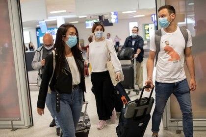 Pasajeros de un vuelo desde París que arribó a Atenas, Grecia (Reuters)