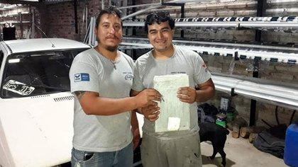 """El lunes 23 de noviembre, Eduardo Fonseca (izquierda) sorprendió a su empleado y amigo Franco """"Faty"""" Núñez (derecha) con un auto."""