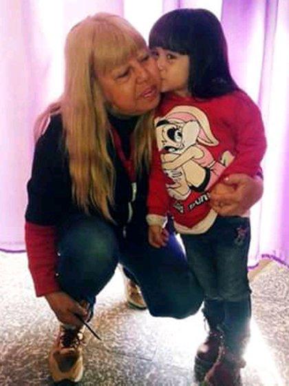 María del Carmen Mendoza y una de sus nietas