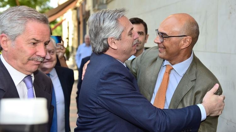 Alberto Fernández fue recibido por Jorge Santiago, decano de la Facultad de Comunicación