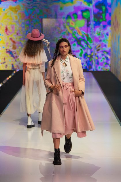 El rosa bebé, el color de la temporada otoño invierno 2020 en la pasarela de  Valentina Karnoubi