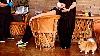 Ángela Aguilar a punto del desmayo al ser vacunada | VIDEO - 2020