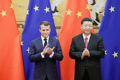 Los presidentes de Francia y China posan frente a las banderas de sus países
