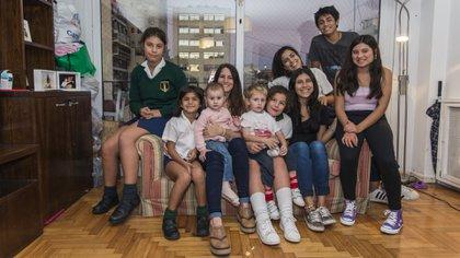 De izquierda a derecha. Wanda (12), Anto (7), Emilia (en brazos de Catalina, 1 y cinco meses), Baldomero (2 años y 9 meses), Achi (10), Celina (19), Patri (16), José (14) y Carmen (18) (Julieta Ferrario)