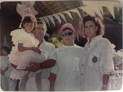 Pablo Escobar junto a sus hijos Manuela y Juan Pablo, y a su esposa Victoria Eugenia Henao (Foto Editorial Planeta)