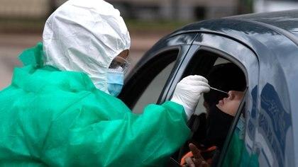 Un trabajador sanitario hace una prueba de COVID-19 (Pablo PORCIUNCULA / AFP)