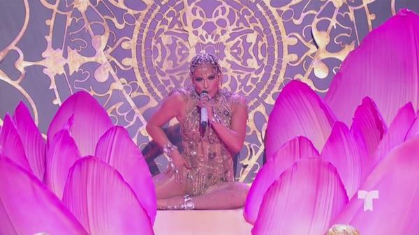Como ya es habitual, Jennifer López deslumbró con su sensualidad y esta vez cantando en español se ganó la ovación de los reunidos en el Mandalay Bay de Las Vegas.