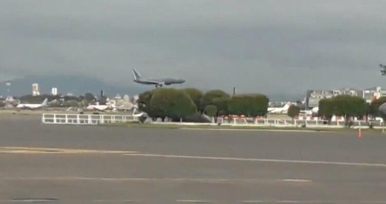El avión donde llegaron las cenizas de José José a la CDMX (Twitter)