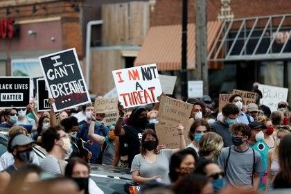 Los manifestantes se reúnen en la escena donde un agente de policía arrodilló a George Floyd, un hombre negro desarmado, arrodillado sobre su cuello antes de morir en un hospital en Minneapolis, Minnesota, EE. UU., 26 de mayo de 2020. (REUTERS/Eric Miller)