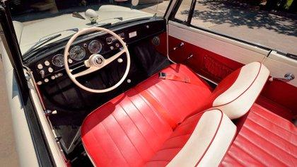 """El interior del convertible alemán, espartano y """"a prueba de agua""""."""