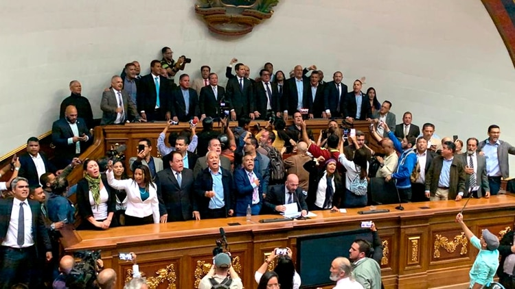 Juan Guaidó y diputados opositores al chavismo lograron ingresar a la Asamblea Nacional