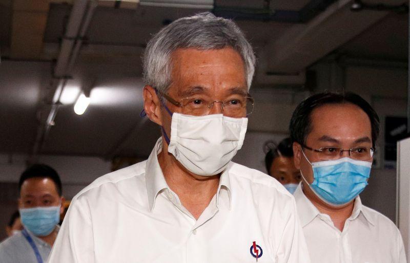 FOTO DE ARCHIVO: El primer ministro de Singapur, Lee Hsien Loong, llega a una oficina del Partido de Acción Popular, mientras se cuentan los votos en las elecciones generales, en Singapur el 11 de julio, 2020. REUTERS/Edgar Su/Foto de Archivo