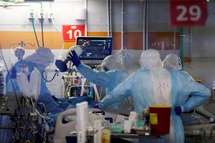 Bajaron también las hospitalizaciones por casos graves (REUTERS/Ronen Zvulun/File Photo)