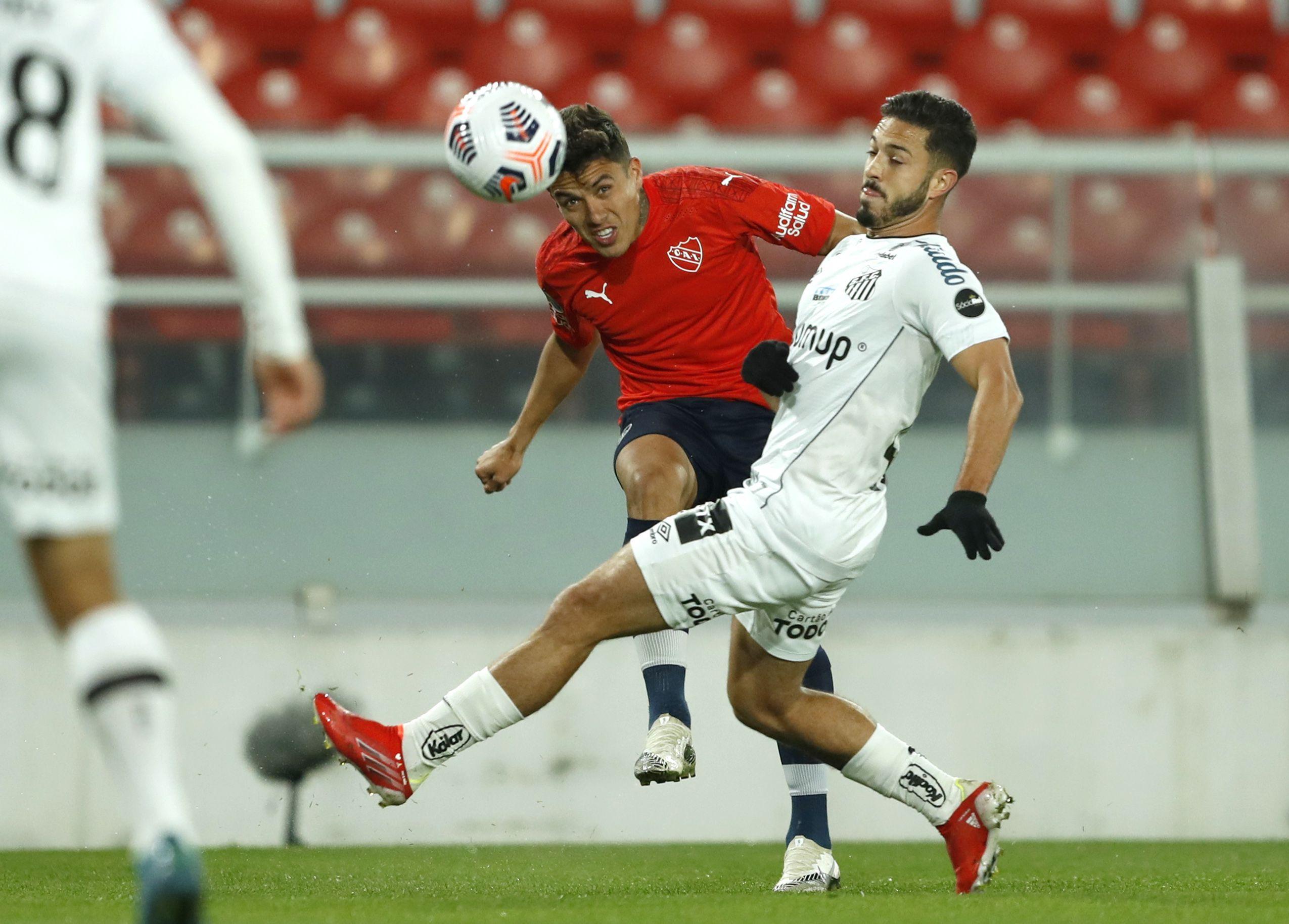 El colombiano Andrés Roa se afirmó como titular en el Rojo, En la imagen, ante la marca de Jean Mota (REUTERS/Gustavo Ortiz)