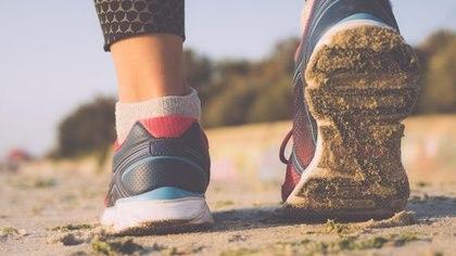 Para los aficionados al running, el uso calzado es fundamental hasta adaptarse a la superficie (iStock)
