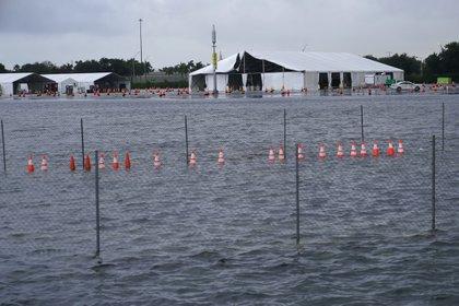El estacionamiento del Estadio Hard Rock, en Miami Gardens, Florida, donde se realiza una gran cantidad de pruebas diagnósticas de COVID-19, se inundó a causa de las lluvias generadas por la tormenta tropical Eta, el lunes 9 de noviembre de 2020. (AP Foto/Lynne Sladky)