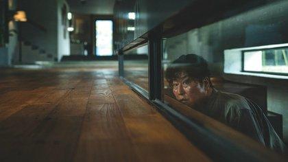 """El versátil Song Kang-ho, en una escena crucial de """"Parásitos"""" (2019)"""