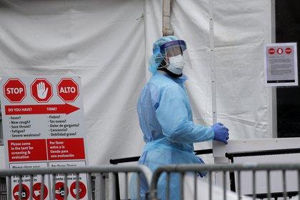 Una médica ingresa al Hospital Brooklyn en Nueva York, vestida para atender pacientes con COVID-19 - REUTERS/Brendan Mcdermid