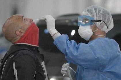 Más testeos diarios y rastreos de contactos estrechos, vacunación con más de 15 millones de dosis y aislamiento de los casos con COVID-19 son algunas de las medidas que permitirían alcanzar un escenario más optimista para el invierno, según Roberto Debbag, de la Sociedad Latinoamericana de Infectología Pediátrica