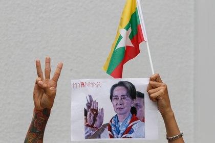 Protestas en Bangkok contra la junta militar golpista en Birmania (CHAIWAT SUBPRASOM / ZUMA PRESS / CONTACTOPHOTO)