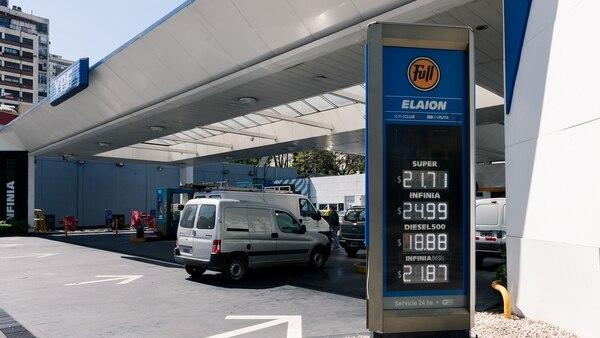 Las estaciones de servicio de YPF bajarán los precios de las naftas. (Adrián Escandar)