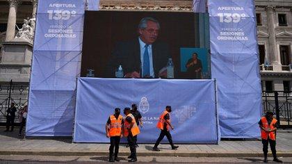 Sobre la avenida Entre Ríos se colocaron pantallas gigantes para que se pudiera ver y escuchar el discurso de Alberto Fernández. (Franco Fafasuli)