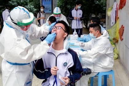 Pruebas de coronavirus en la Escuela Secundaria Experimental Hubei Wuchang, en Wuhan (Reuters)