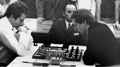 Fischer con negras, estudia el próximo paso. Uno de los asesores que tuvo en ese match fue el maestro argentino Miguel Ángel Quinteros.