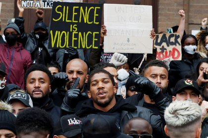 El boxeador Anthony Joshua, junto a manifestantes durante una protesta de Black Lives Matter, en Watford (REUTERS/Paul Childs)