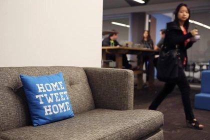 Una almohada en un sofá en la sede de Twitter en San Francisco, California, 4 de octubre de 2013. (REUTERS / Robert Galbraith/archivo)