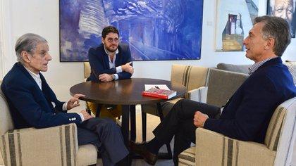 Cuando era presidente, Mauricio Macri recibió a Sebreli junto al entonces ministro de Cultura, Pablo Avelluto