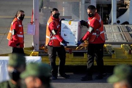 México acumula casi 50,000 vacunados en las primeras dos semanas de la campaña y espera terminar con el sector salud a finales de enero y principios de febrero (Foto: Daniel Becerril/ Reuters)