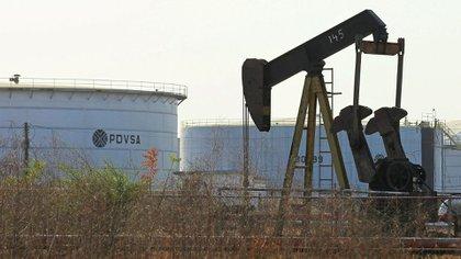 Un bombeo de petróleo y un tanque con el logo corporativo de la compañía petrolera estatal PDVSA en Lagunillas, el 29 de enero de 2019 (REUTERS/Isaac Urrutia/File Photo)