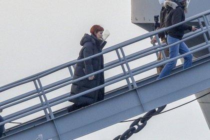 """Jennifer Lawrence filma junto a Leonardo DiCaprio """"Don't Look Up"""" en Fall River, en el estado de Massachusetts. En la imagen, la actriz sube al USS Massachusetts, un buque de guerra en el que les tocó grabar una escena de la nueva película de Netflix"""