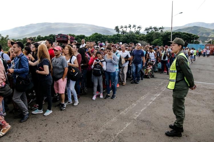Unos 70.000 venezolanos cruzaron la frontera en ambas direcciones (AFP)
