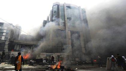 Los manifestantes asaltaron la sede de la Contraloría (AP)