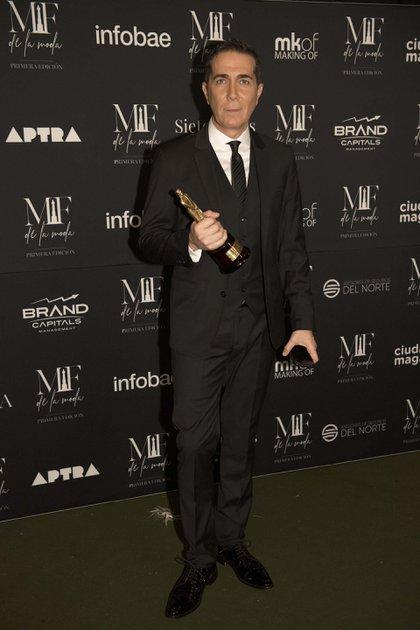 Rodolfo Barili al recibir el premio de APTRA como mejor look en conducción masculina de noticiero (Adrián Escandar)