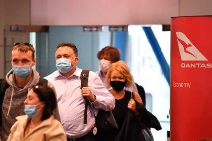 Los pasajeros desembarcan del primer vuelo de Qantas desde Melbourne, Victoria, luego del levantamiento de las restricciones fronterizas estatales con Nueva Gales del Sur, en el aeropuerto de Sydney en Sydney, Australia, el 23 de noviembre de 2020. (Imagen AAP / Dean Lewins vía REUTERS)