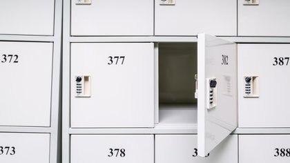 Los supermercados y negocios deben ofrecer, en forma gratuita, lockers o armarios para que los consumidores dejen sus bolsos en un lugar seguro (istock)