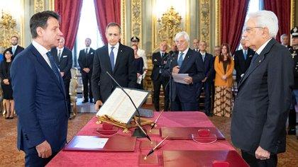 El presidente Sergio Mattarella toma juramento al primer ministro Giuseppe Conte (Francesco Ammendola/Palacio Presidencial/Documento vía REUTERS)